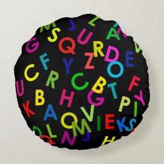 letras coloridas del alfabeto sobre negro cojín redondo