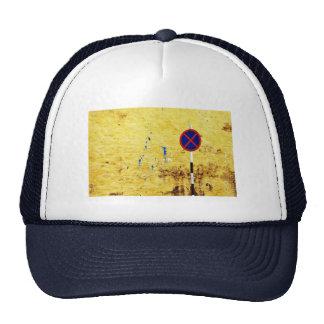 letras enjauladas gorra