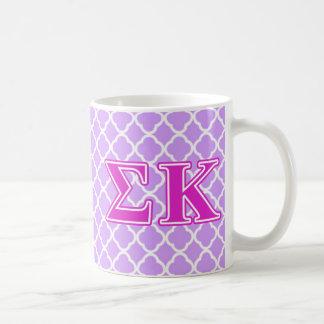 Letras rosadas de Kappa de la sigma Taza Básica Blanca