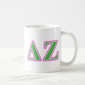 Letras rosadas y verdes de la zeta del delta tazas de café