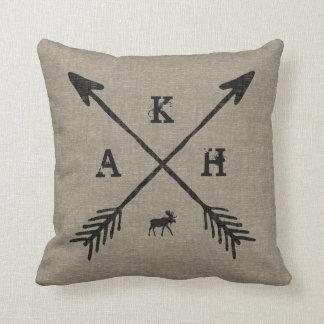 Letras y alces del monograma de las flechas del cojín decorativo