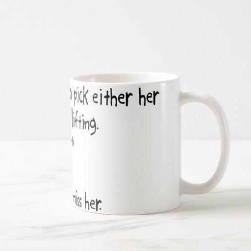 Levantamiento de pesas de la esposa o de la taza de café