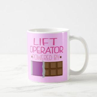 Levante el regalo del chocolate del operador para taza básica blanca