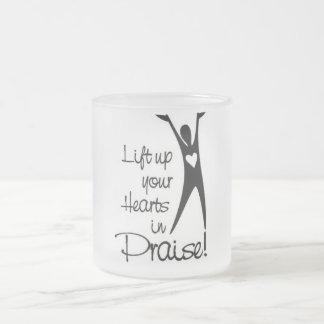 Levante para arriba sus corazones en alabanza taza de café esmerilada