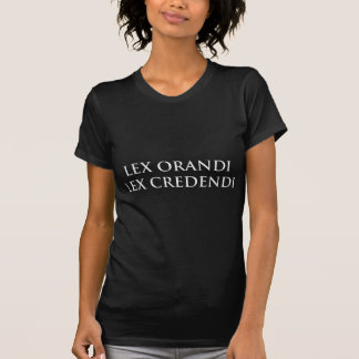 Lex Orandi Lex Credendi en el blanco apenado Playera
