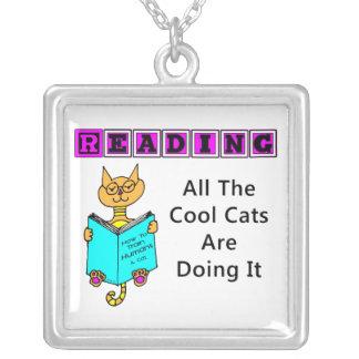 Leyendo, todos los gatos frescos lo están haciendo collar plateado