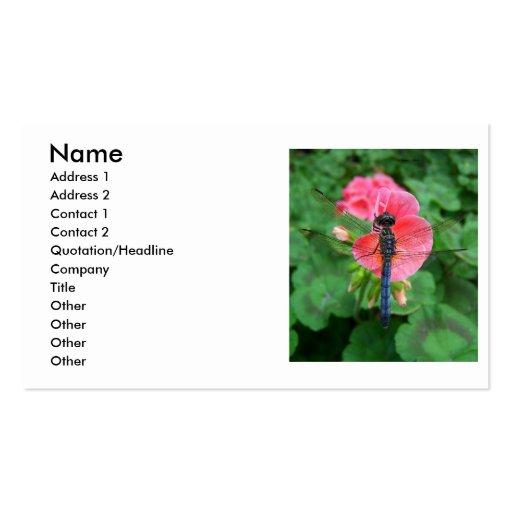 Libélula azul en fondo rosado del verde de la flor tarjeta personal