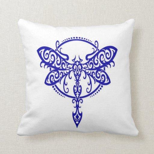 Libélula azul que remolina en blanco almohada