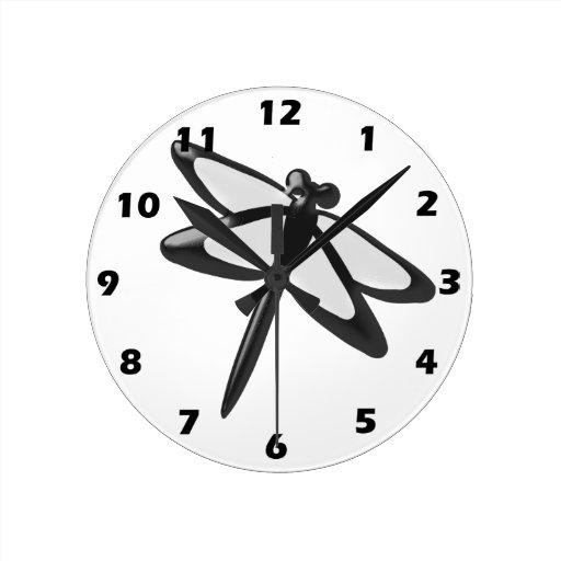 Libélula blanco y negro reloj redondo mediano