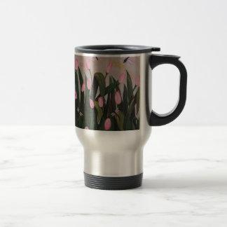 Libélula con los tulipanes tazas de café