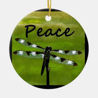 Libélula de la paz adorno navideño redondo de cerámica