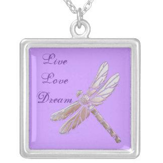 Libélula de plata con vivo, amor, sueño en púrpura colgante cuadrado
