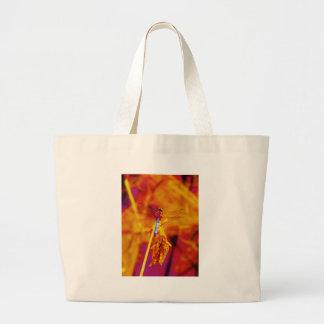 Libélula del arco iris en el ámbar y el fuschia bolsas lienzo