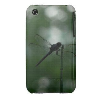 Libélula en silueta en la precipitación de la cola Case-Mate iPhone 3 protector