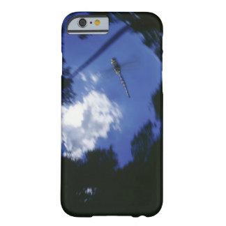 Libélula en vuelo, agitando las alas funda para iPhone 6 barely there
