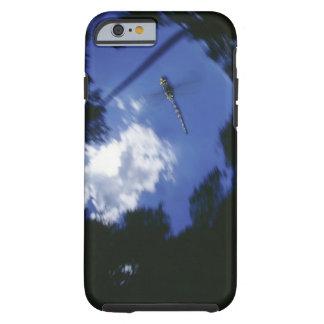 Libélula en vuelo, agitando las alas funda para iPhone 6 tough
