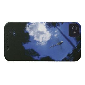 Libélula en vuelo, agitando las alas iPhone 4 carcasa