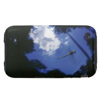 Libélula en vuelo, agitando las alas tough iPhone 3 protector