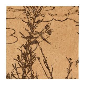 Libélula en vuelo cerca del bosquejo de la charca posavasos