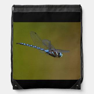 libélula en vuelo mochila