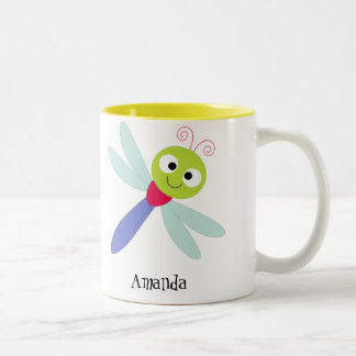 Libélula feliz linda del dibujo animado con los taza dos tonos