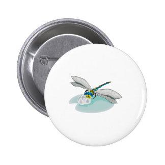 libélula fresca en el cojín de lirio pin redondo 5 cm