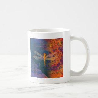 Libélula llameante taza clásica