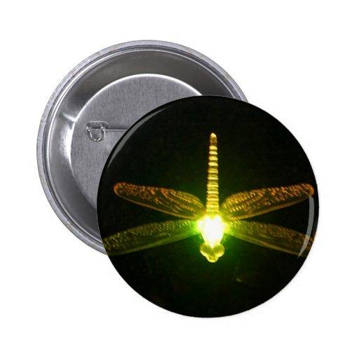 Libélula que brilla intensamente pin redondo 5 cm