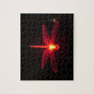Libélula que brilla intensamente roja puzzles con fotos