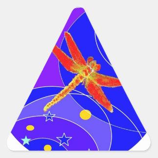 Libélula roja celestial por Sharles Pegatina Triangular