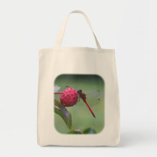 Libélula roja en la bolsa de asas de la naturaleza