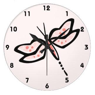 Libélula rosada coralina relojes de pared