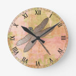 Libélula rosada del metal de las impresiones reloj de pared
