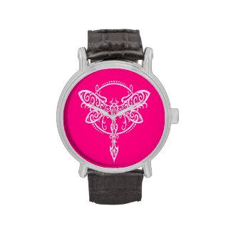 Libélula rosada que remolina reloj de mano