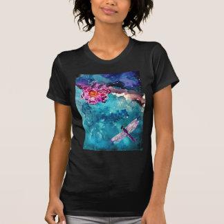 Libélula sobre el agua con la pintura del arte de  t-shirt