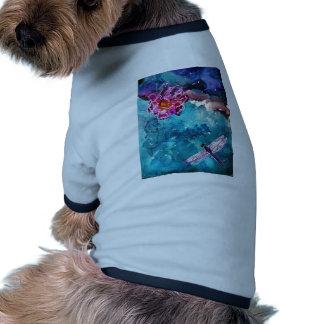 Libélula sobre el agua con la pintura del arte de  camiseta con mangas para perro