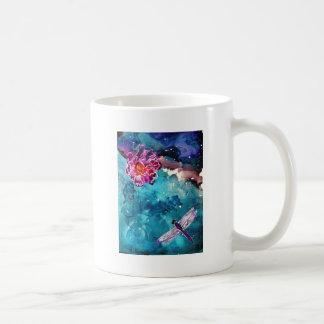 Libélula sobre el agua con la pintura del arte de  taza
