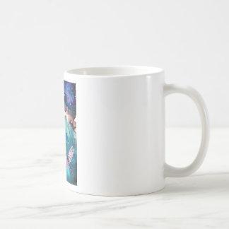 Libélula sobre el agua con la pintura del arte de  tazas de café