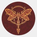Libélula tribal, rojo de oro etiqueta redonda