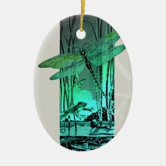 Libélula y rana verdes en la charca ornamente de reyes