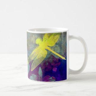 Libélulas amarillas taza básica blanca