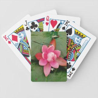 Libélulas azules en una flor de loto rosada baraja