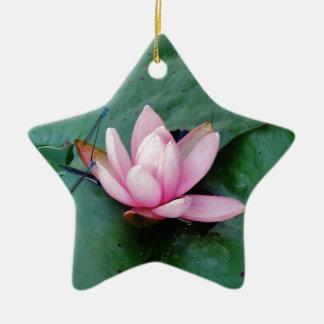 Libélulas azules en una flor de loto rosada ornamento de navidad