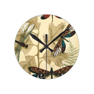 Libélulas coloridas que flotan sobre las hojas reloj redondo mediano