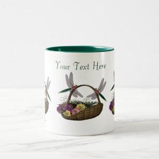 Libélulas en la taza de café de la cesta de la