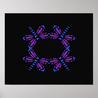 Libélulas en púrpura y azul en negro poster