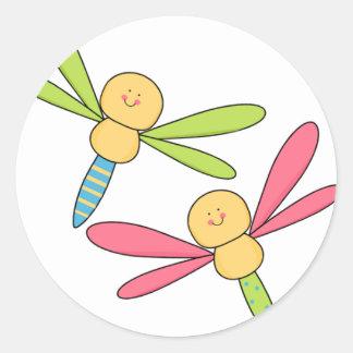 Libélulas lindas de la libélula dos del fiesta de pegatina redonda