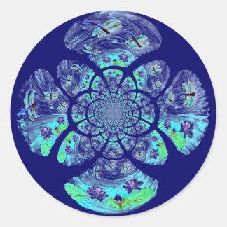 Libélulas, modelo de flores del lirio pegatinas redondas