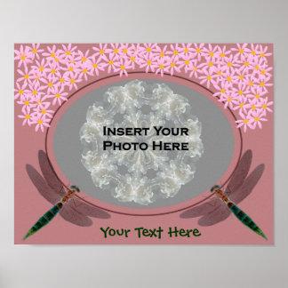 Libélulas y foto rosada de las flores de la margar poster