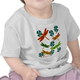 Libélulas y tréboles camiseta